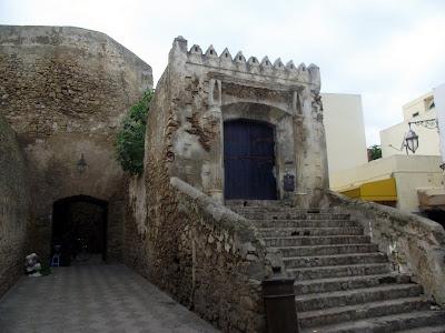 Muralla y puerta portuguesa utilizada hoy en día por los lugareños