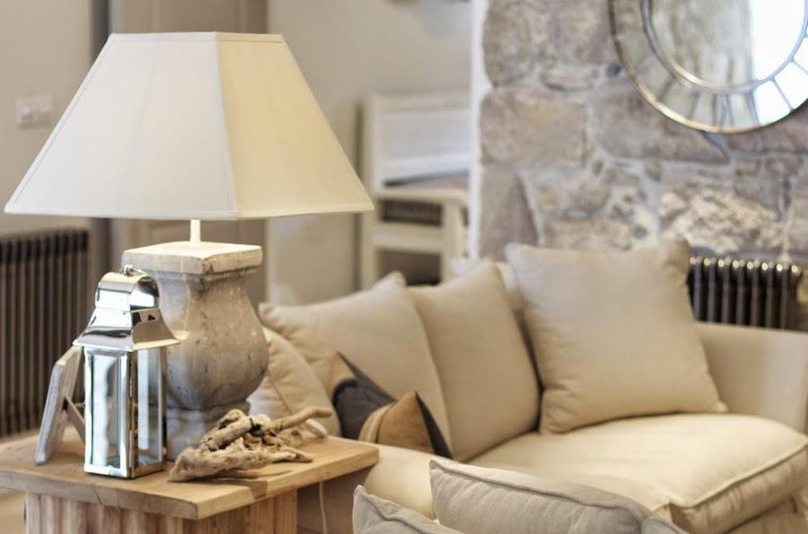 hotel, wnętrza, wystrój wnętrz, styl klasyczny, kamienna ściana, białe wnętrza, salon, lampa