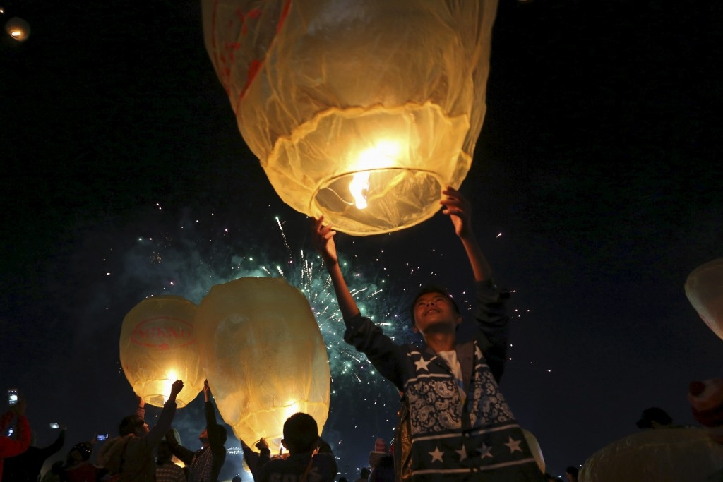 70 Of The Most Touching Photos Taken In 2015 - People light traditional homemade paper lanterns during the annual Tazaungdaing balloon festival in Taunggyi, Myanmar.
