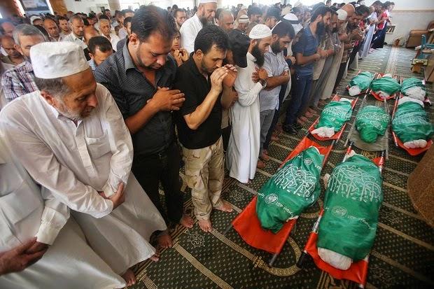 Warga Gaza lakukan shalat jenazah para korban serangan Israel