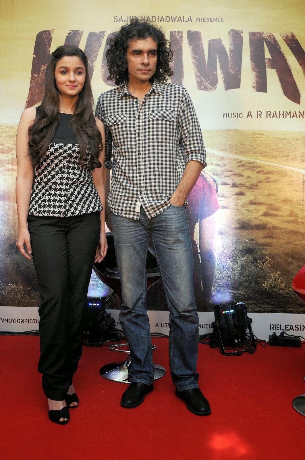 http://1.bp.blogspot.com/-yLP2wEEAzYo/UwN94mayOfI/AAAAAAAAlSU/2irNLvKAJFA/s1600/Alia+Bhatt+and+Imtiaz+Ali+promote+their+upcoming+film+Highway+at+Bangalore+(3).jpg