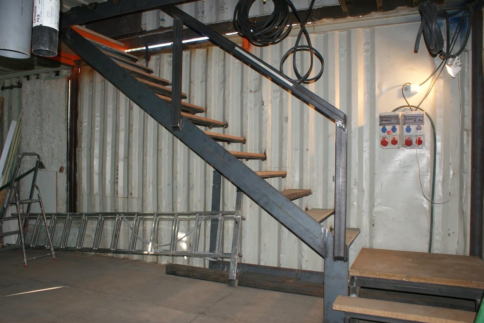 Contiene una casa febrero 2011 for Como hacer escaleras de hierro con descanso