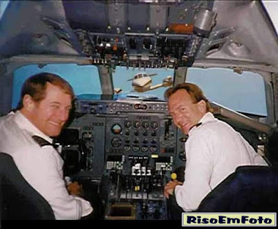 Fotomontagem brinca com acidente de avião.