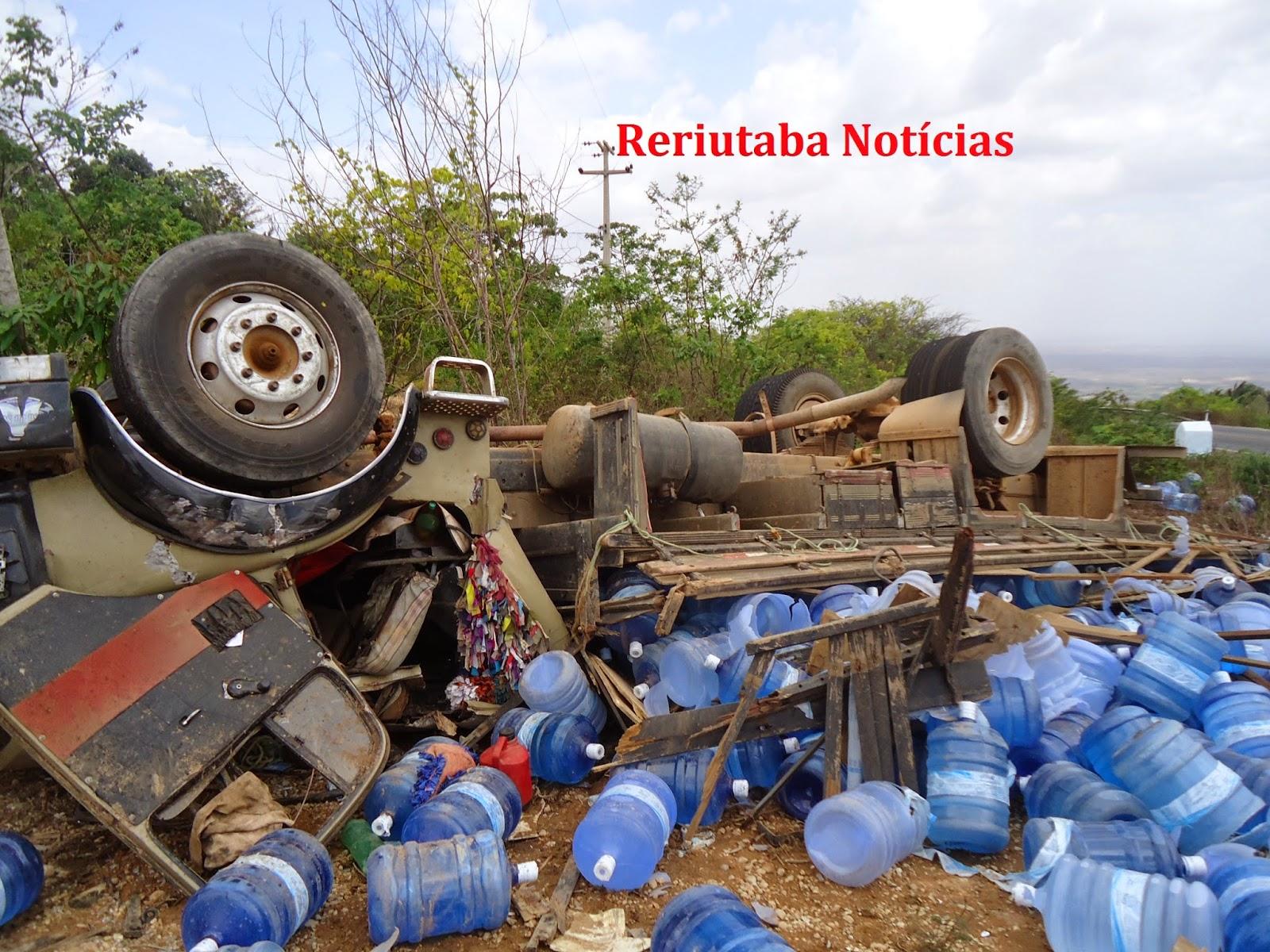 Reriutaba: Caminhão que transportava água mineral Nieta tomba na CE 366, descida da Serra da Ibiapaba.