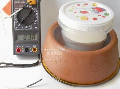 Estabilize a temperatura do kefir, deixando o vasilhame imerso em água fresca de um pote de cerãmica, técnica da evaporação.