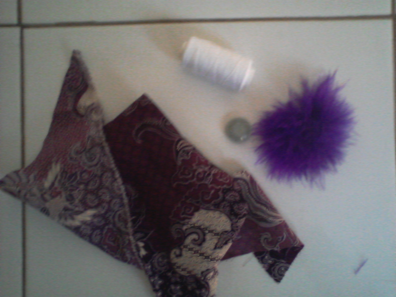 buat pola bulat dengan diameter 7 cm,buat enam buah dan gunting kain