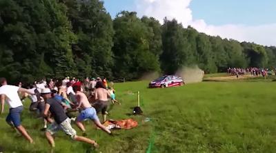 Τρελό αυτοκίνητο κυνηγούσε θεατές μέσα σε χωράφι!