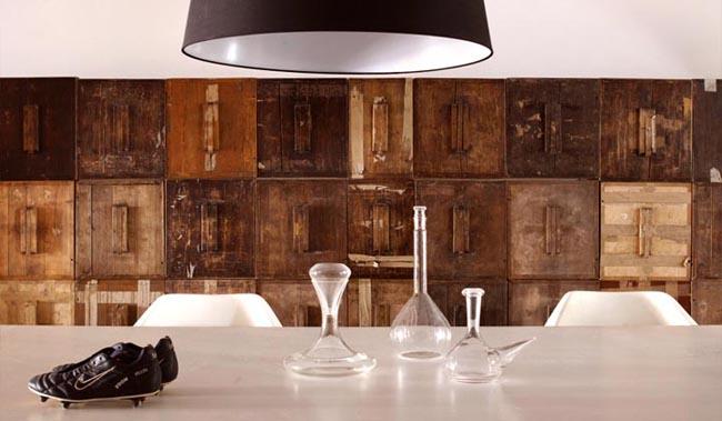 diseño interior en un loft con cajas de madera -detalle armario modular