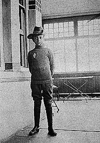 Fernando Pessoa vestido de cavaleiro
