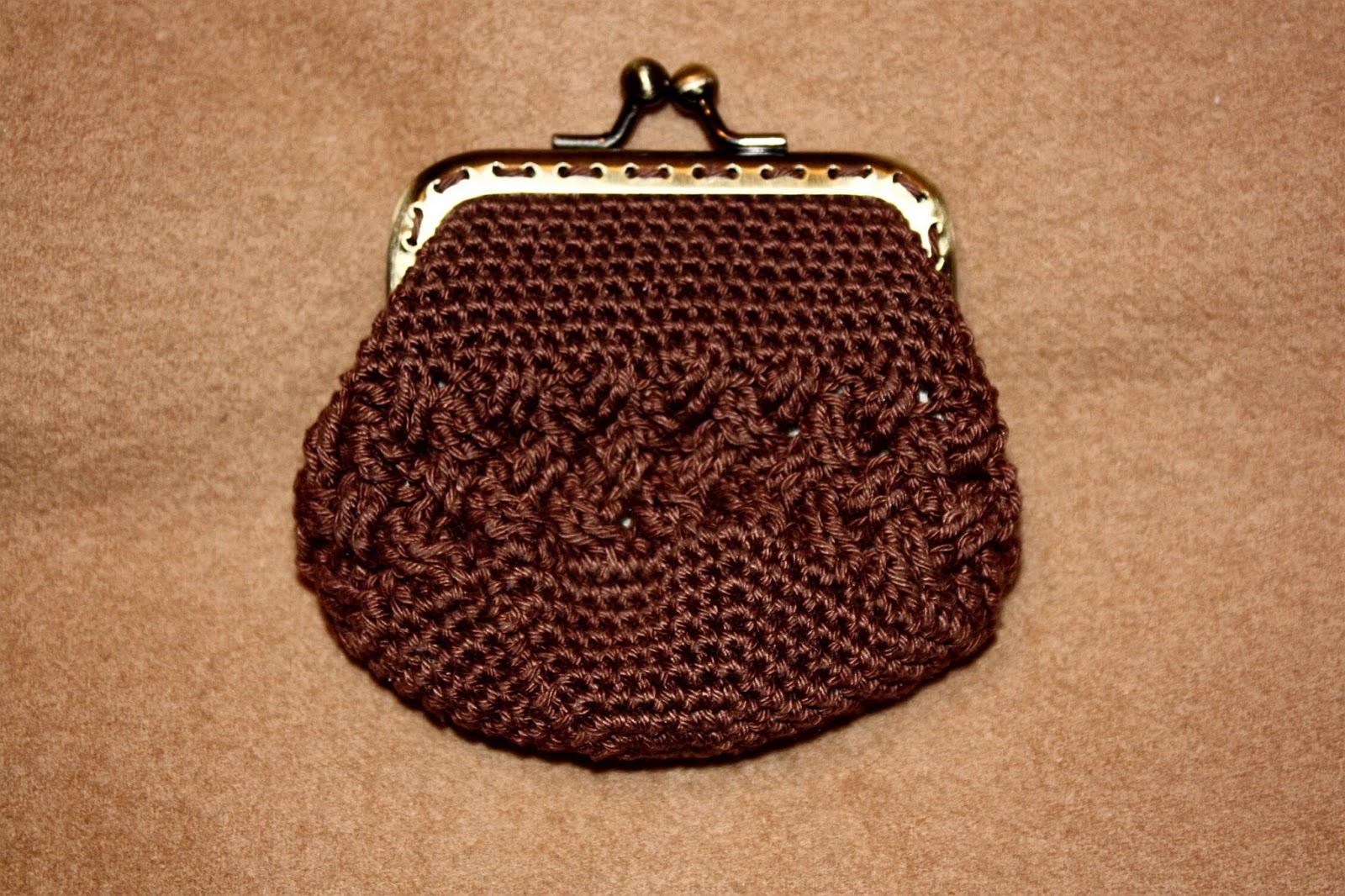 Este monedero marrón está hecho a punto enano y punto cesta.