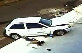 Απίστευτο: Ένα αυτοκίνητο πάτησε - κυριολεκτικά - μια μάνα με το παιδί της και δεν έπαθαν τίποτα!!!