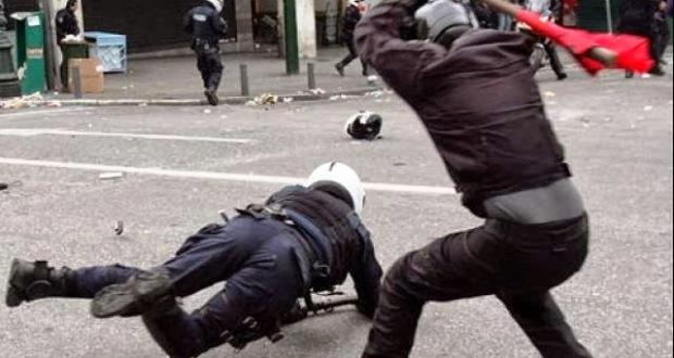 Αναρχο κομμουνιστής  βρίζει την Ελλάδα και οι προδότες αστυνομικοί που εχουν ορκιστεί αντί να τους σπάσουν τα κοκάλα επι τόπου τον κοιτάνε!