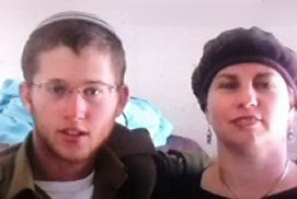 Netanel Yahaloni (s.A.) mit seiner Mutter auf einem Familienfoto