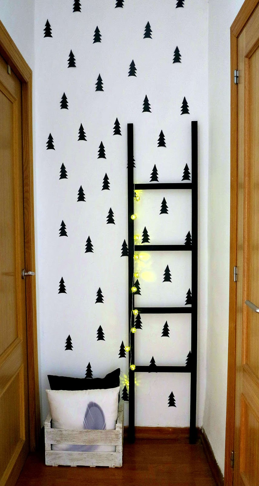 Small lowcost diy escalera y decorando la pared del pasillo - Decoracion paredes pasillos ...