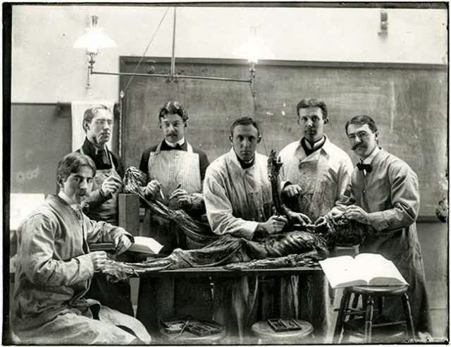 10 Incredibly Creepy Vintage Pictures Of Medical Students Posing With Cadavers
