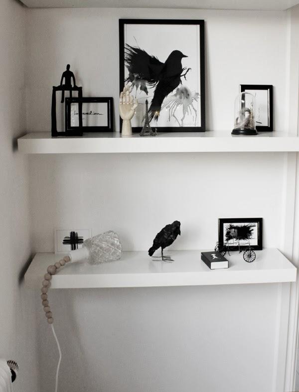 vitt svart och trärent, trärena detaljer, diy lampa, göra egen lampa, diy projekt, vita hyllor, inredningstips, inspiration, pyssel, inredningsdetaljer, matsalen, prints, svart fågel, träfågel, svarta ramar, svarta och vita små tavlor, hyllor utan konsoller