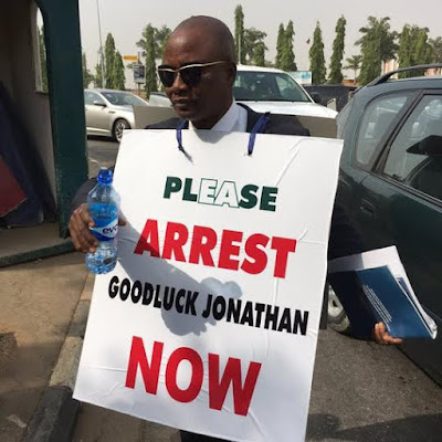 Photos: Man storms National Assembly demanding the arrest of GEJ over the arms deal scandal