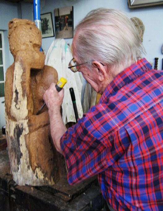 AURELIO MACCHI Trabajando en su estudio.