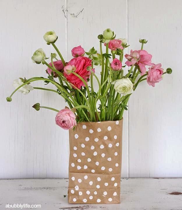 que demuestra que el papel kraft puede ser el contenedor de las flores de tus centros de mesa la idea es muy bonita y quedar genial en tu saln