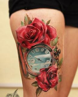 Tatuagem na pera de rosas e relógio (o tempo)