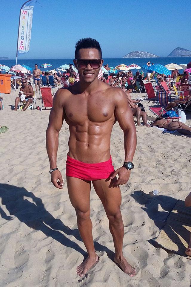 De óculos escuros e sunga vermelha, atleta Wesley Nicácio reforça o bronzeado na praia de Ipanema, no Rio. Foto: Arquivo pessoal