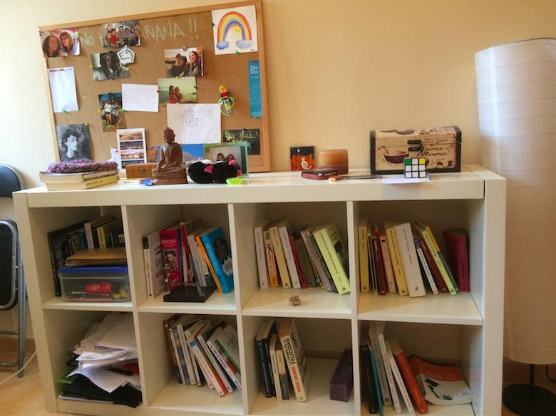 Libros y papeles antes for Ordenar libros konmari