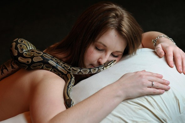 Amazing World: Bizarre Israeli Snake Massage Spa