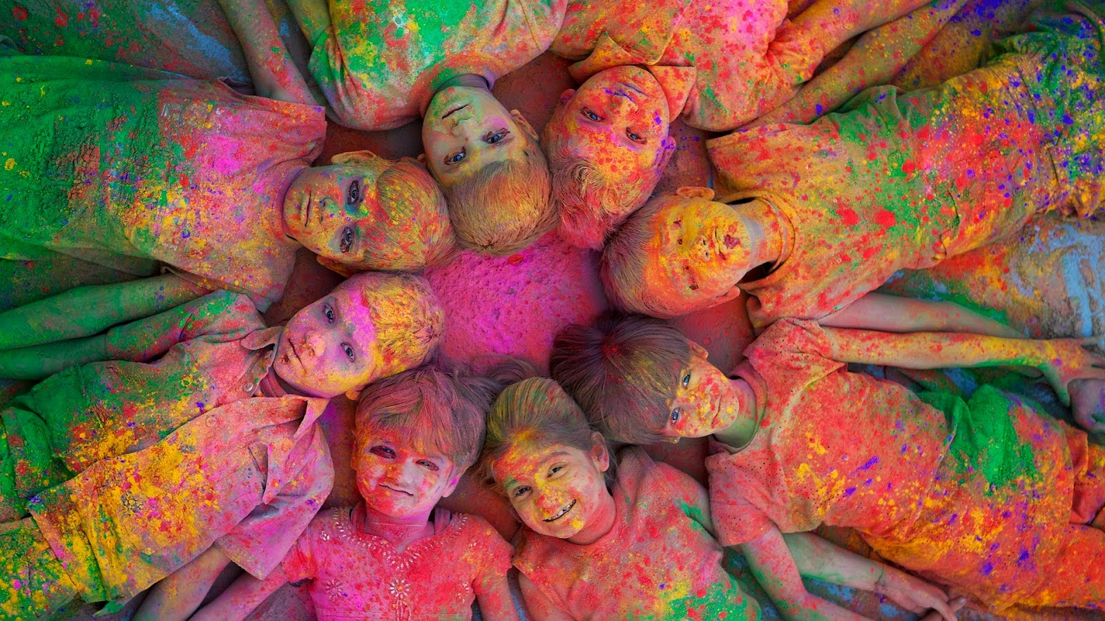 Holi HD Pictures الاطفال والالوان