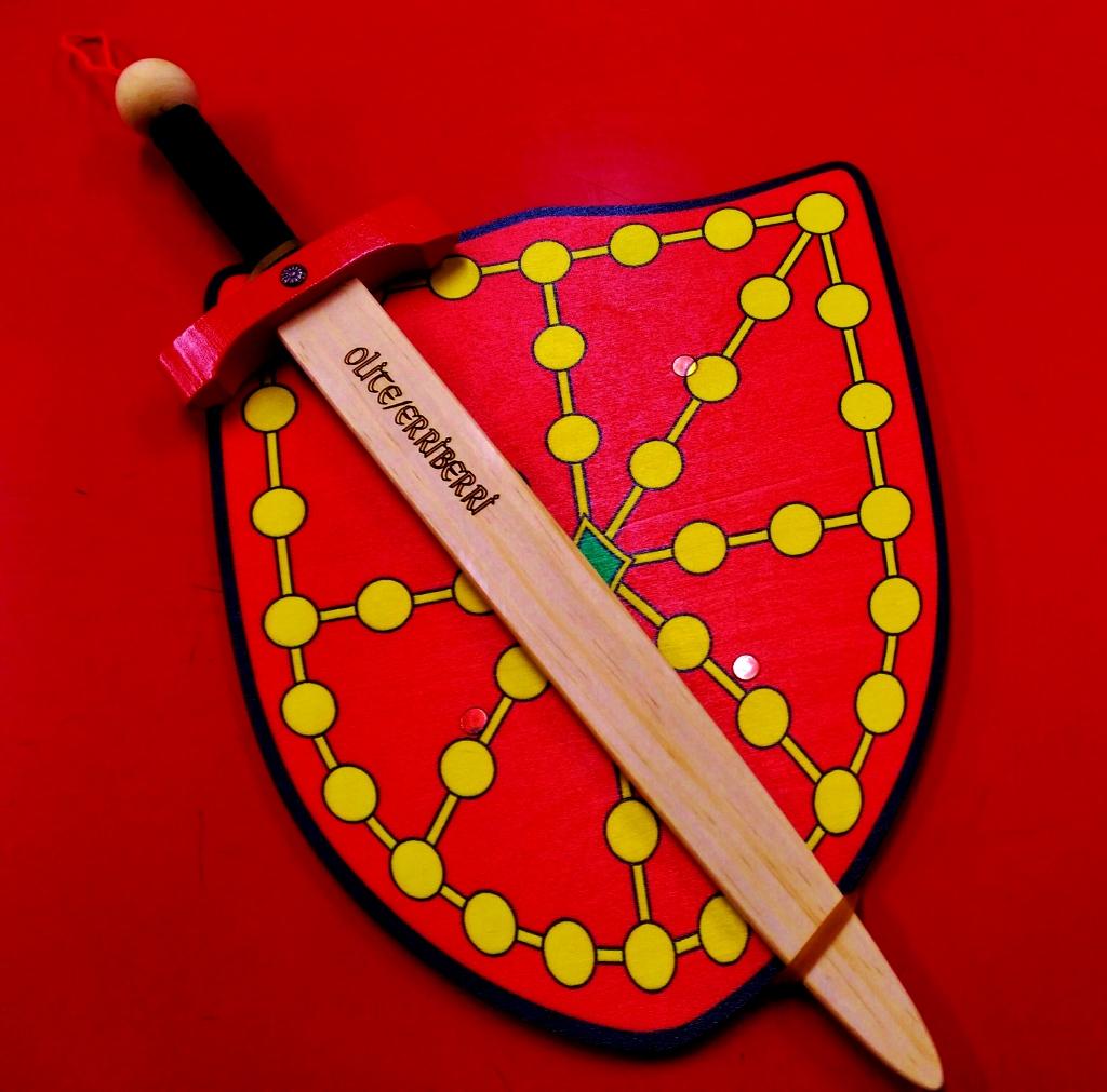 Espada y escudo con el emblema de Navarra