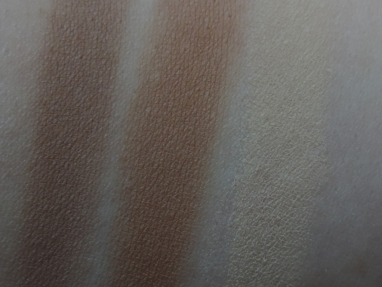 Swatches Smashbox Contour Kit (from left): Contour, Bronzer, Highlight