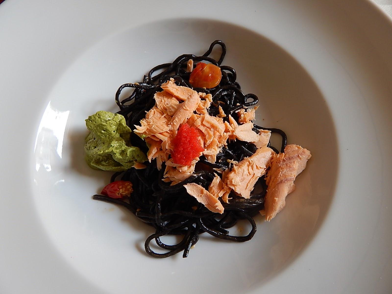 Espaguete de tinta de lula na manteiga de tomate e alho confitado, salmão, ovas e espuma de manjericão.