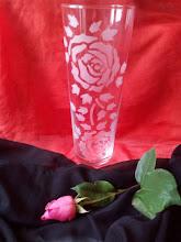 Vaso con rose incise