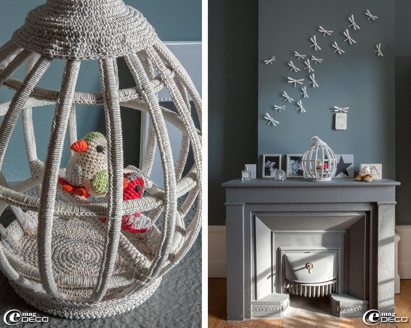 Cage à oiseaux au crochet, création Anne-Claire Petit, envolée de libellules achetées sur le site web 'Smallable'