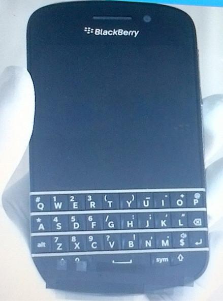 La semana pasada se habia filtrada una imagen de la parte posterior de lo que seria el posible BlackBerry X10 (Serie N), ahora se filtra una imagen de la parte frontal de lo que posiblemente sea el BlackBerry 10 con teclado QWERTY (BlackBerry X10). En esta imagen podemos observar una apariencie similar al Bold 9900 pero con la diferecia que es uaa pantalla touch 720×720, sin trackpad y se logra ver la camara frontal para el video chat. Recordemos que el nombre oficial aun no es dado a conocer, asi que podría cambiar el nombre X10 por cualquier otro Tocará