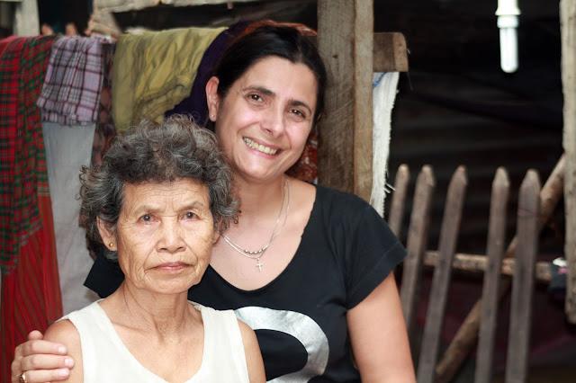 Ermine Norodom et la grand-mère de Srey Nett (jeune bénéficiaire de Shanty Town Spirit)