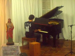 Lucas  Morales,  ao  piano
