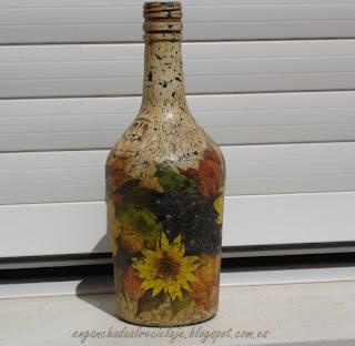 http://enganchadaalreciclaje.blogspot.com/2013/01/botella-con-decoupage-y-craquelado.html