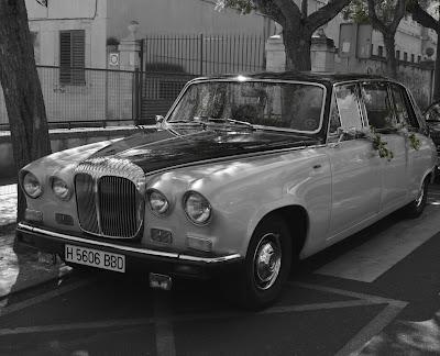 Decoración floral de coches clásicos para boda