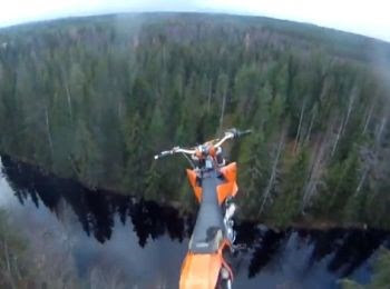 Le saut en parachute en motocross pour finir à l'eau