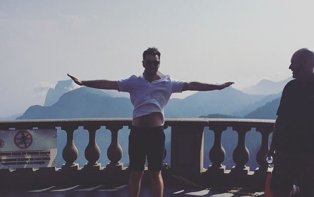 Sam Smith visita o Cristo Redentor antes de show no Rock in Rio