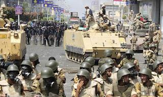 Polisi dan tentara Mesir (foto Reuters)
