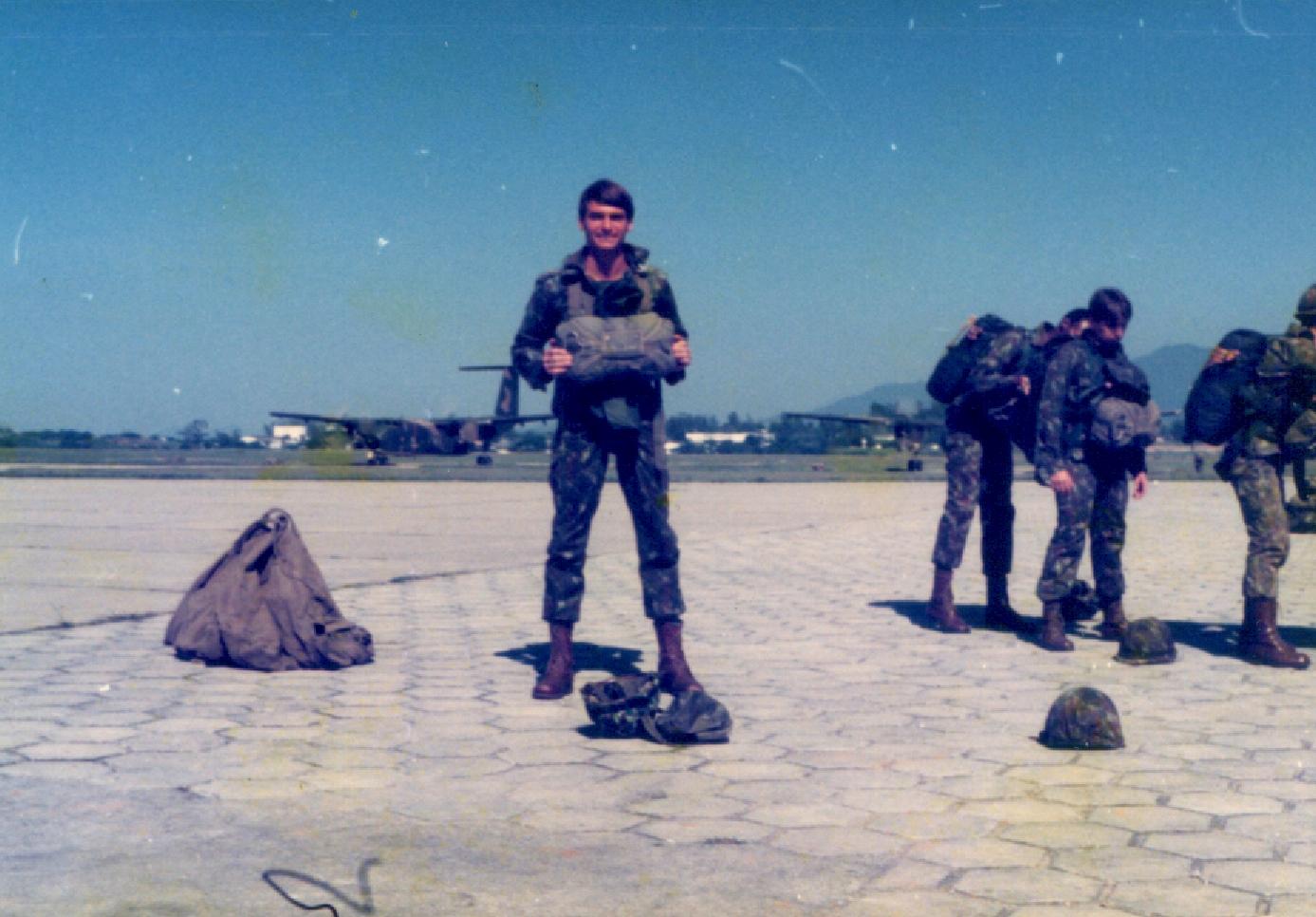 Resultado de imagem para fotos de bolsonaro  no exercito como paraquedista