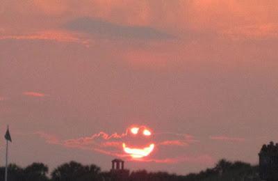 كاميرا بريطانية التقطت صورة للشمس وهي تبتسم :)