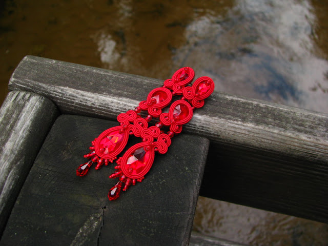 """Długie, smukłe, czerwone kolczyki ślubne """"Sensuelle Soutache""""."""