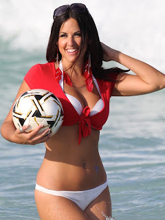 claudia-romani-and-soccer-ball-at-the-beach-07