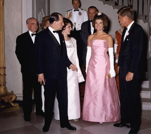 Grace Intemporelle by Natalia: John y Jackie junto al Ministro de la Cultura de Francia, André Malraux. Jackie lleva un vestido de Oleg Cassini.