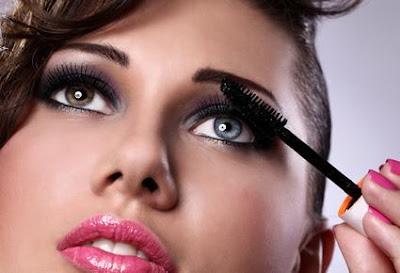 عيونك حسّاسة للمكياج....اليكى الحل  - امرأة تضع كحل عين ماسكارا - makeup