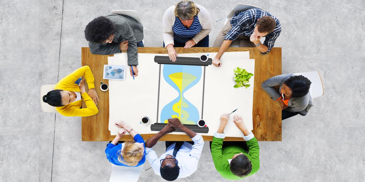equipo de trabajo calculando el valor de su tiempo