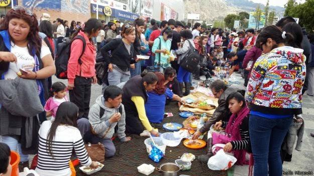 """El """"apthapi"""", una comida aymara comunitaria, se convocó frente al principal centro comercial paceño-cochabandido-blog"""
