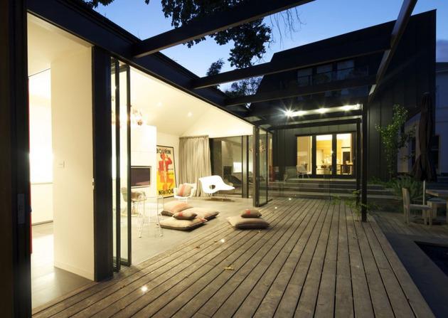 rumah mewah dengan kolam renang dan dinding kaca desain